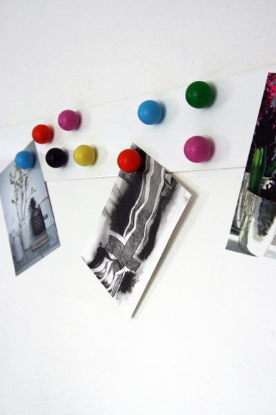 magnetic-notice-board-with-12-coloured-magnets-2323-p